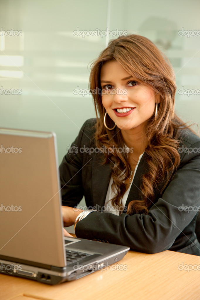 Business woman working on a laptop at an office — Foto Stock #7710390