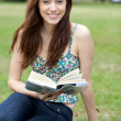 Woman reading at the park — Stockfoto