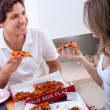 Young couple eating pizza - Foto Stock