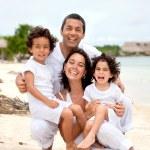 Retrato de la familia en la playa — Foto de Stock