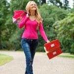 Shooping mulher caminhando — Foto Stock