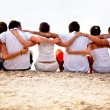 Group of friends at the beach — Stock fotografie
