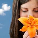 mujer con una flor al aire libre — Foto de Stock
