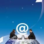 電子メールを送信する女性 — ストック写真