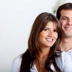 美しいカップル笑みを浮かべて — ストック写真