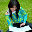 Woman studying outdoors — Stockfoto