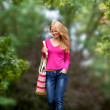 Female walking through campus — Stockfoto