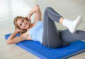 Mujer haciendo ejercicio — Foto de Stock