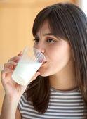 Chica bebiendo leche — Foto de Stock
