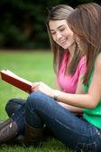 Chicas estudiando al aire libre — Foto de Stock