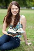 žena čte v parku — Stock fotografie