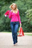 случайных покупок женщина на открытом воздухе — Стоковое фото