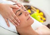 Vrouw met een gezicht massage — Stockfoto