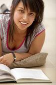 Donna studiare con un libro — Foto Stock