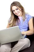 Mujer casual con la computadora — Foto de Stock