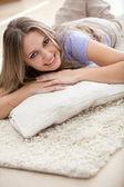 Donna sdraiata sul pavimento all'interno — Foto Stock