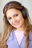Kobieta ze słuchawkami — Zdjęcie stockowe