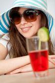 Femme avec un chapeau et une boisson — Photo