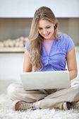 Casual woman with laptop — Stock fotografie