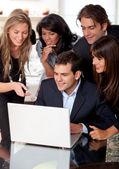бизнес-группа на ноутбуке — Стоковое фото