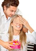 Hombre dar un regalo a su novia — Foto de Stock