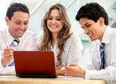 бизнес-команда с ноутбуком — Стоковое фото