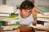 Estudiante cansado en la biblioteca — Foto de Stock
