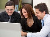 Grupo empresarial en un ordenador portátil — Foto de Stock