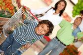 Familie in de supermarkt — Stockfoto