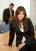 Femme d'affaires dans un bureau — Photo