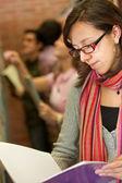 Studente presso la biblioteca — Foto Stock