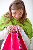 Frau einkaufstaschen einsehen — Stockfoto