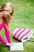 Kvinna läser utomhus — Stockfoto