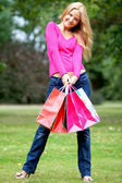 Donna dello shopping all'aperto — Foto Stock