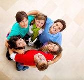 Grupo de amigos abrazos — Foto de Stock