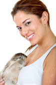 Femme avec un lapin — Photo
