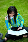 Woman studying outdoors — 图库照片