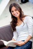 Donna studiare a casa — Foto Stock