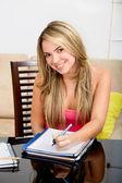 Kvinnlig student leende — Stockfoto