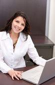 Mujer de negocios con un ordenador portátil — Foto de Stock