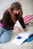 Mujer estudiando con libros — Foto de Stock