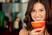 Mujer en un bar de cócteles — Foto de Stock