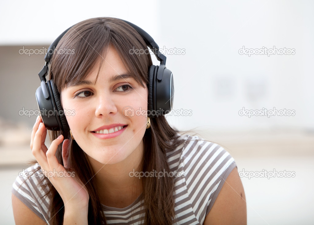 Beautiful girl with headphones listening to music — Stock Photo #7730930