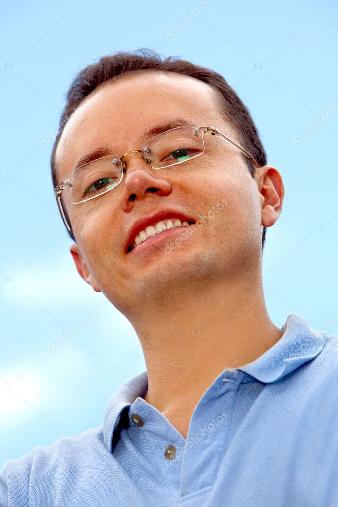 Portrait of a casual man smiling outdoors — Stock Photo #7732539