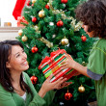 Kerstmis vrouw een geschenk geven — Stockfoto
