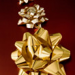 Golden ribbons on red gifts — Stockfoto