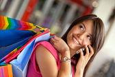 Kobieta zakupy na telefon — Zdjęcie stockowe