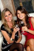 Femmes avec des verres à vin — Photo