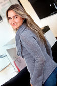 Casual vrouw die lacht — Stockfoto
