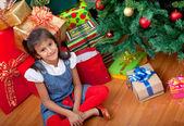 Chica junto a un árbol de navidad — Foto de Stock